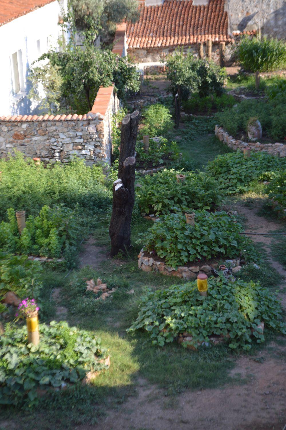 evden bahçeye bakarken